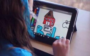 Aluna usando tablet em sala de aula