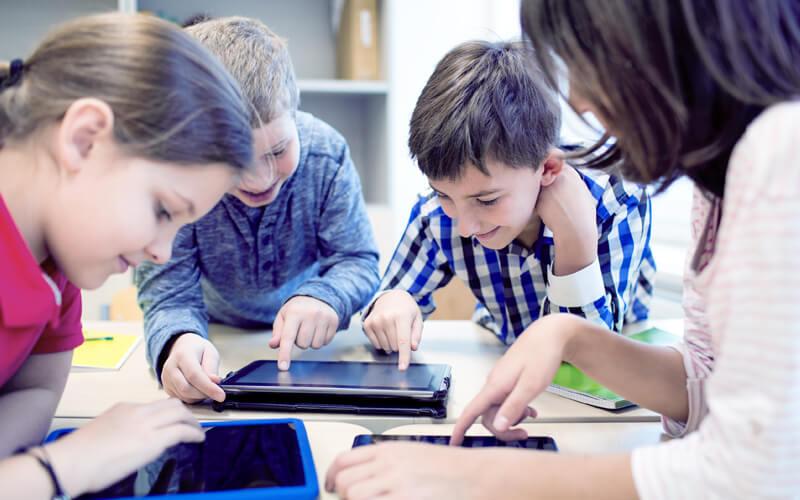 Alunos usando tecnologia em saula de aula