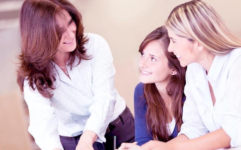 diretora conversando com a aluna e a mãe