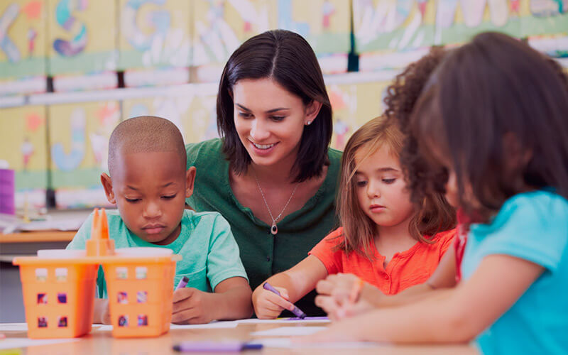 Professora e crianças.
