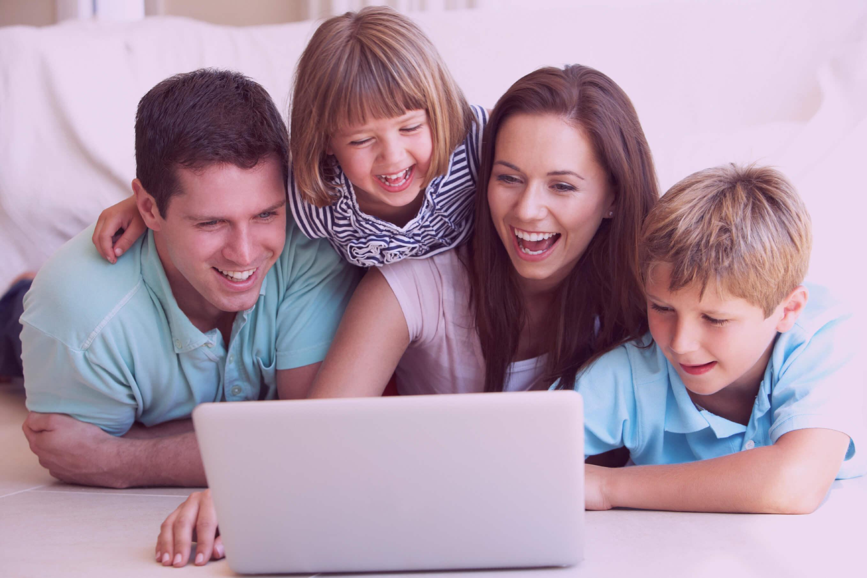 Pais orientando os filhos a usarem a tecnologia