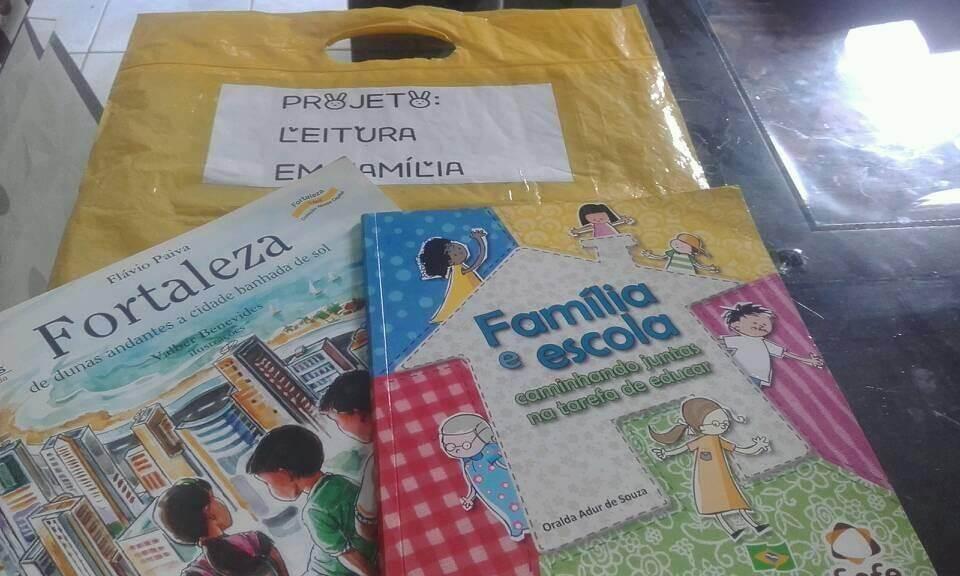 """Kit leitura do projeto """"Leitura em famkília""""."""