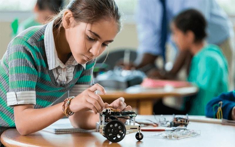 movimento maker: menina mexendo em peças de eletrônica