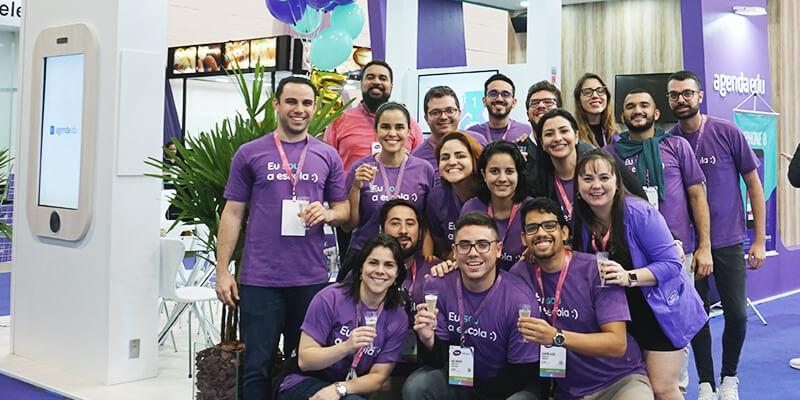 Time da Agenda Edu comemorando os 5 anos da empresa na Bett Educar 2019