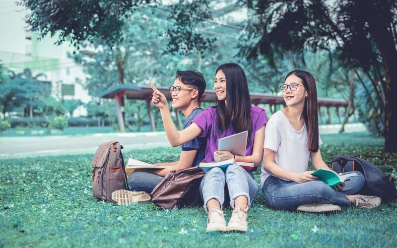 Jovens aprendendo fora da escola