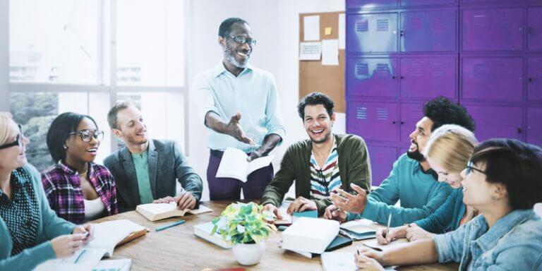 gestores conversando e sorrindo em uma reunião