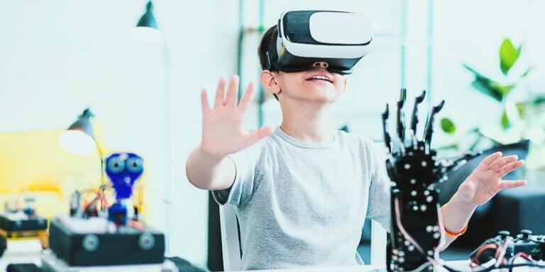 criança com óculos de realidade virtual