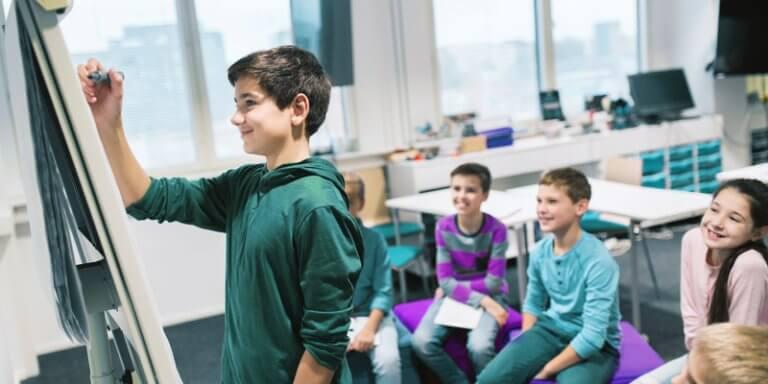 Empreendedorismo na escola. Crianças em circulo na sala de aula