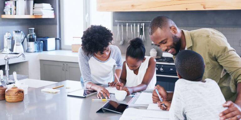 Pais ajudando os filhos no uso das tecnologias