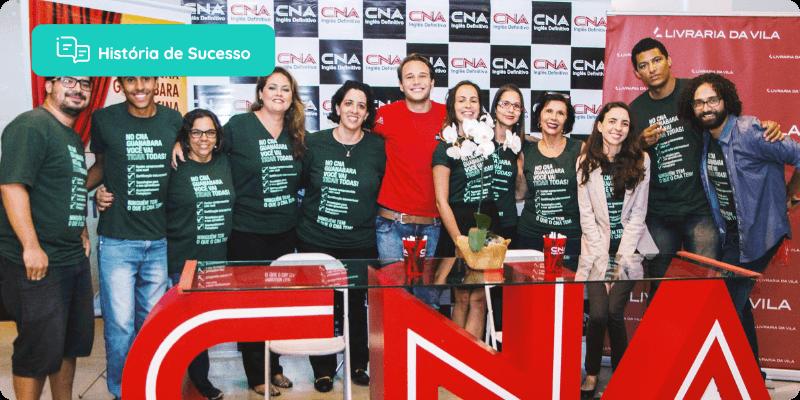 História de sucesso: várias pessoas em atrás de um letreiro do CNA