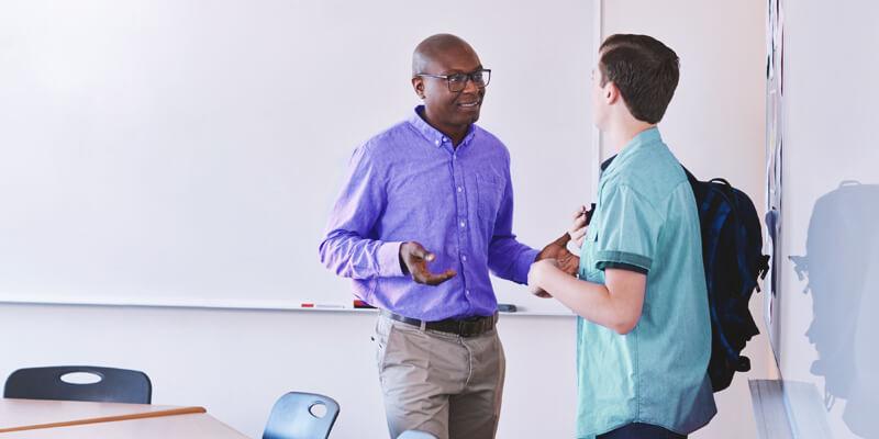 motivação no enem: aluno e professor conversando em sala de aula