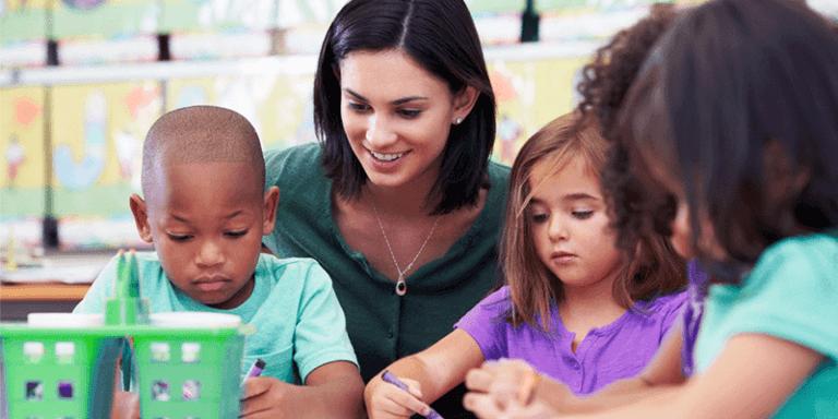 Professora fazendo atividade com alunos em sala de aula