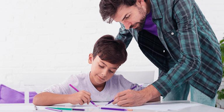 Pai ajudando filho com o dever de casa