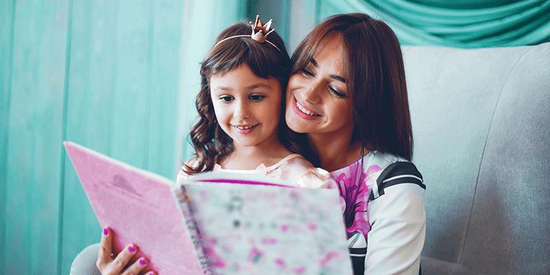 Mãe e filha com um livro para incentivar a leitura