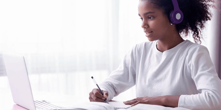 Aluna estudando com notebook em casa para ilustrar intervenções pedagógicas de forma remota