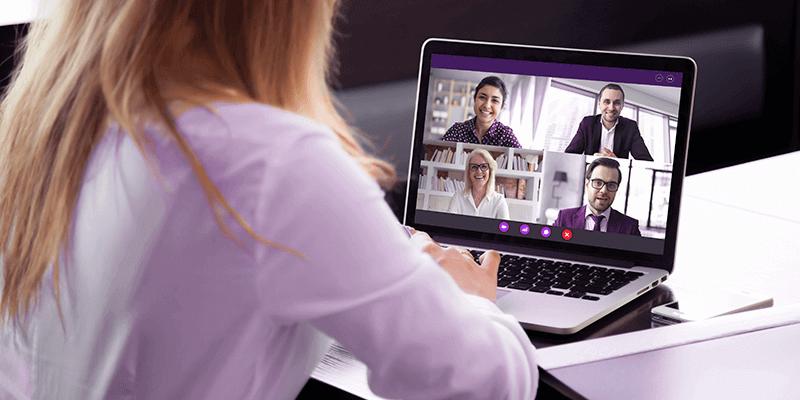 Mulher conversando com 4 colegas em uma videochamada, mantendo o relacionamento escolar de forma remota