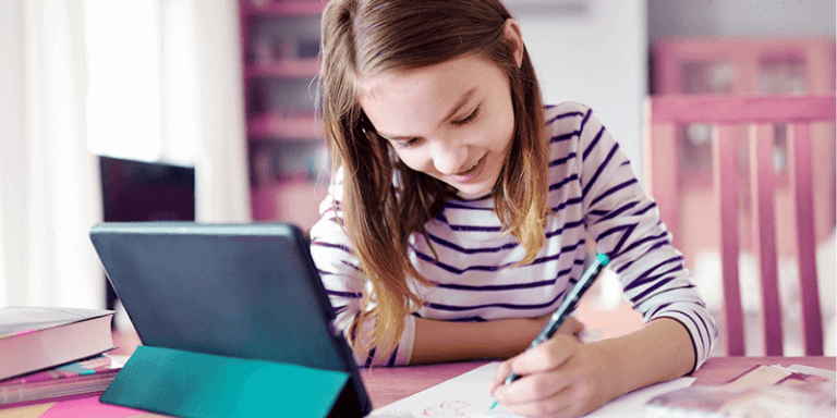 Menina estudando em casa com tablet como outros alunos na quarentena