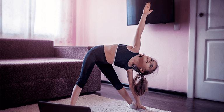 Criança fazendo exercício na sala de casa seguindo plano de aula de educação física