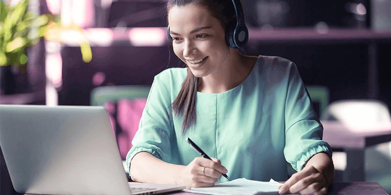 Menina com notebook e fone de ouvindo mostrando como estudar em casa