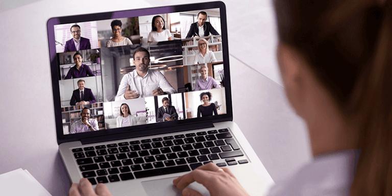 Reunião de pais acontecendo de forma online com professora usando notebook e fazendo chamada de vídeo com os responsáveis