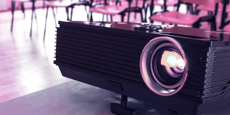 Projetor de imagem em uma sala de aula para exibir filmes de escola