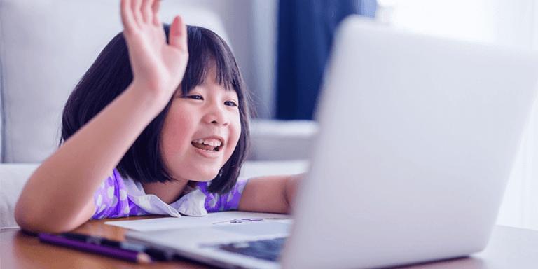 Criança levantando a mão em aula online com notebook, metodologias ativas de aprendizagem com o aluno como protagonista