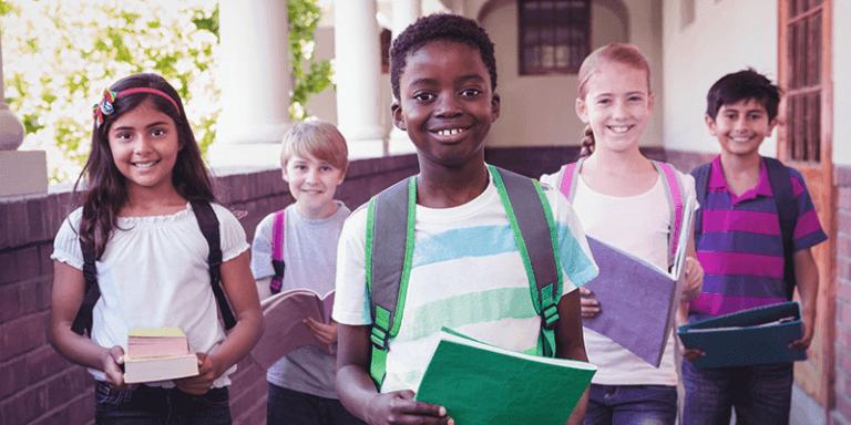 Captação de alunos: estudantes felizes no corredor da escola