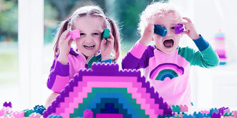 Crianças brincando de lego, uma brincadeira que auxilia no desenvolvimento infantil