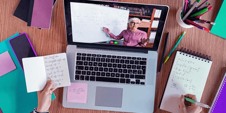 Ensino à distância com notebook, aula online e cadernos