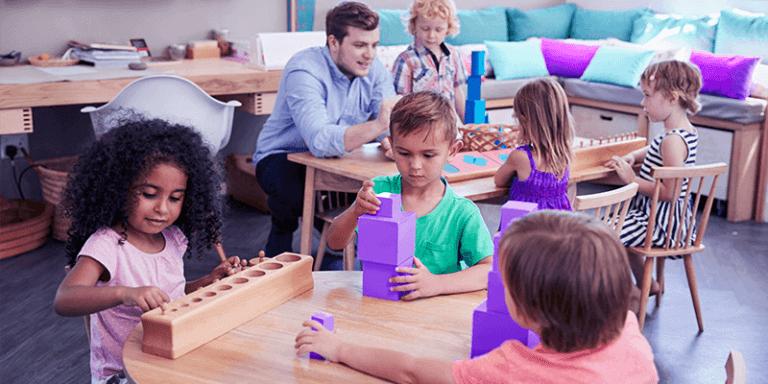 Alunos brincando em escola com proposta pedagógica montessoriana