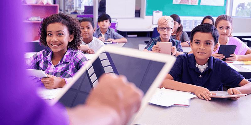 Professora com tablet usando sistema de gestão escolar na sala de aula