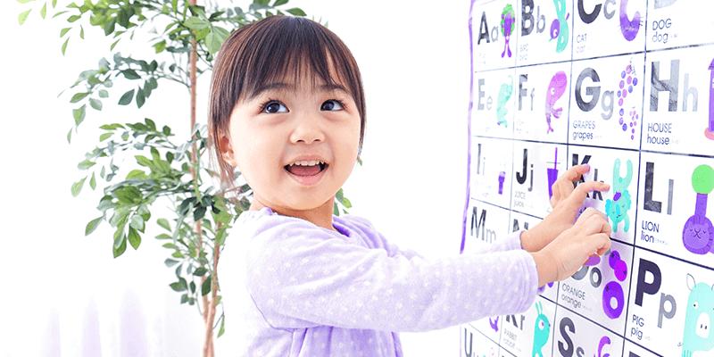 Aluna criança aprendendo com calendário em educação bilíngue