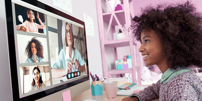 Aluna com computador fazendo videchamada com colegas em eventos online na escola
