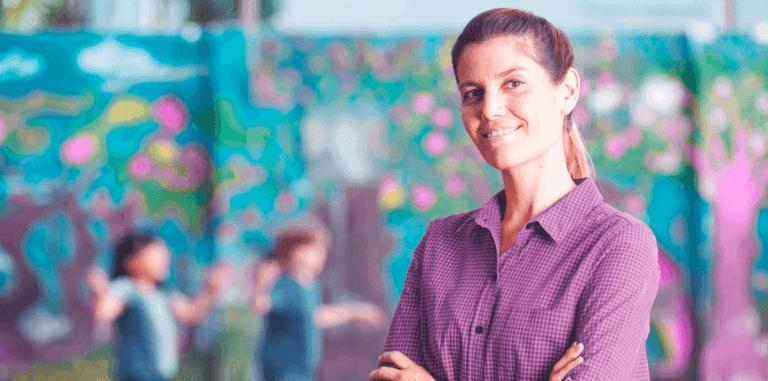 Coordenadora pedagógica em pátio da escola