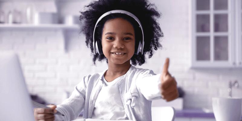 Aluna estudando em modelo de e-learning com notebook e fones de ouvido em casa