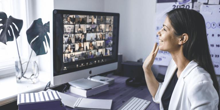 Mulher promovendo gestão de equipes com colaboradores em videochamada em casa