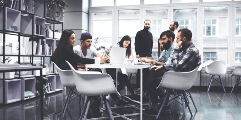 Grupo de gestores sentados ao redor de uma mesa na escola