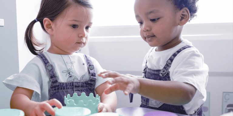 Crianças na Educação Infantil brincando na sala de aula