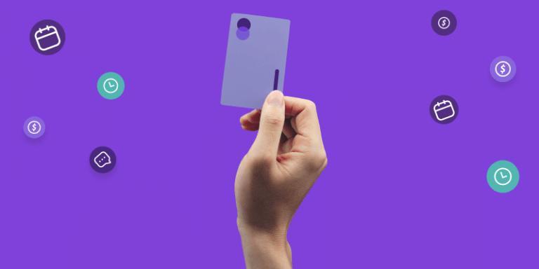 mão segurando um cartão de crédito de uma cobranças recorrentes no cartão de crédito