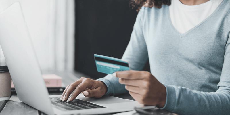mãe segurando cartão de crédito