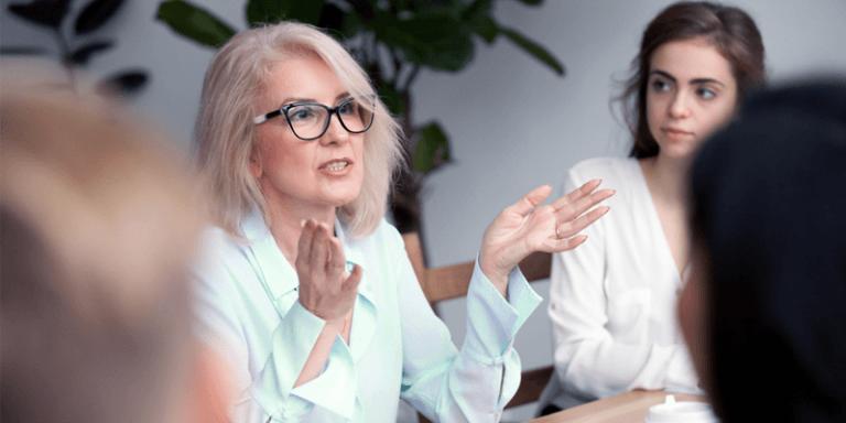 Professores e gestores conversando na escola