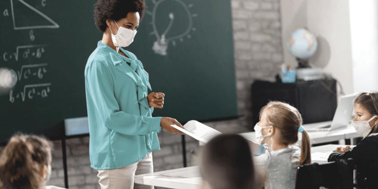 Imagem de professora usando máscara na sala de aula com alunos